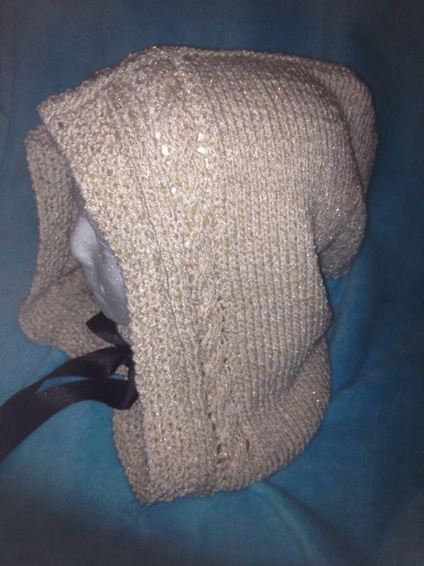 Capucha tejida a dos agujas con detalle trenzado y estambre con hilos de lurex, muy hermoxa