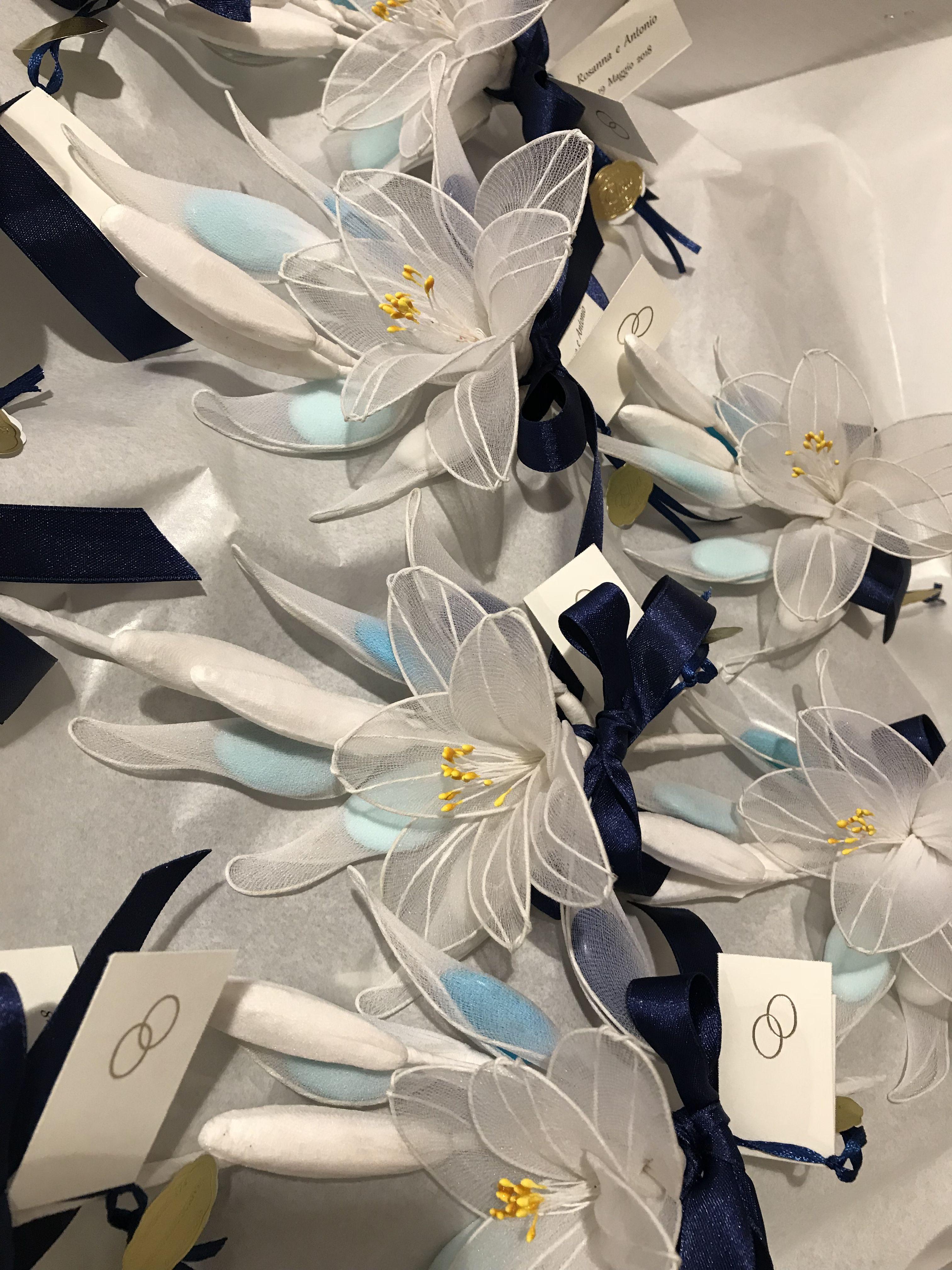 Bomboniera Matrimonio Azzurro : Bomboniere per matrimonio formate da gigli in tulle e confetti nelle