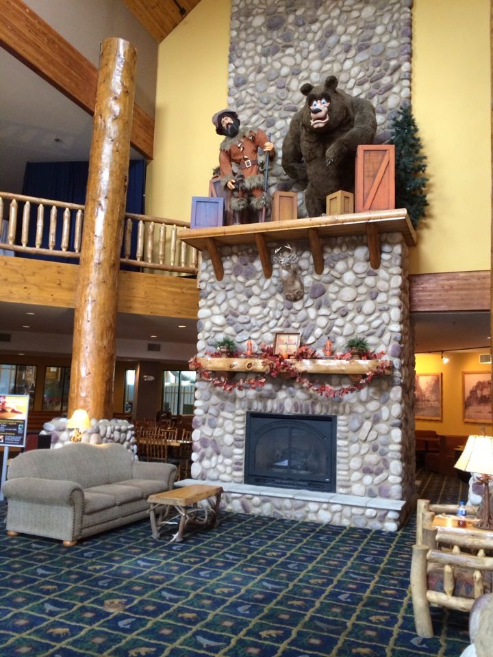 Rustic, woodsy retreat with an indoor water and amusement park, comfortably nuzzled among three state parks, including, Starved Rock!