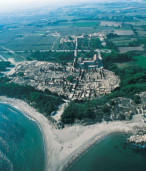 Vista aérea de las ruinas de la ciudad griega de Emporion, cerca de L'Escala en la costa de Gerona