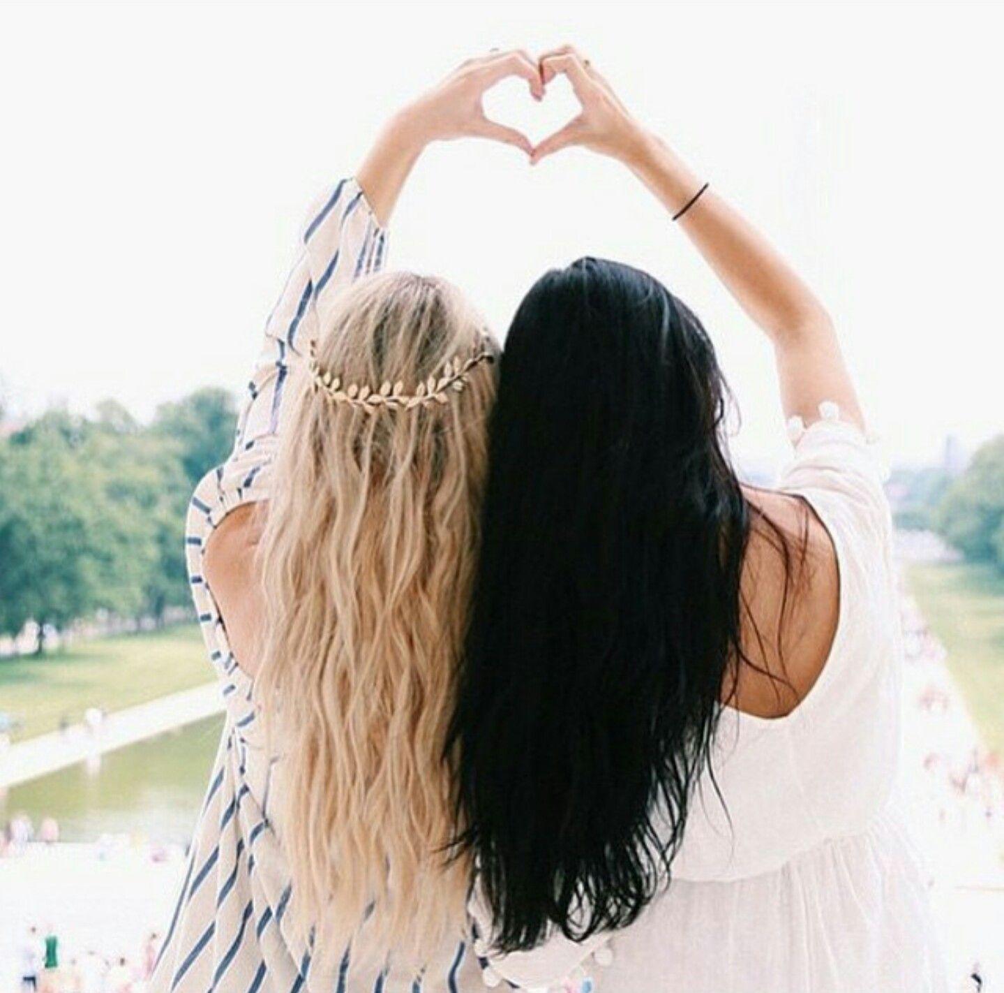 Картинки две девочки блондинка и брюнетка дружба, нежности мужчине