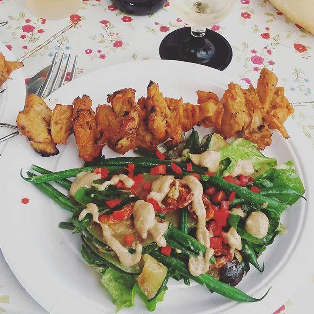 Midsommar middagen bestod av oumphspett och en  sallad med squash, haricots verts, massa sallad, chili och en god dressing med tahini som bas.  #jävligtgodbbq #tävling #midsommar #middag #vegetariskt #oumph #vegansk