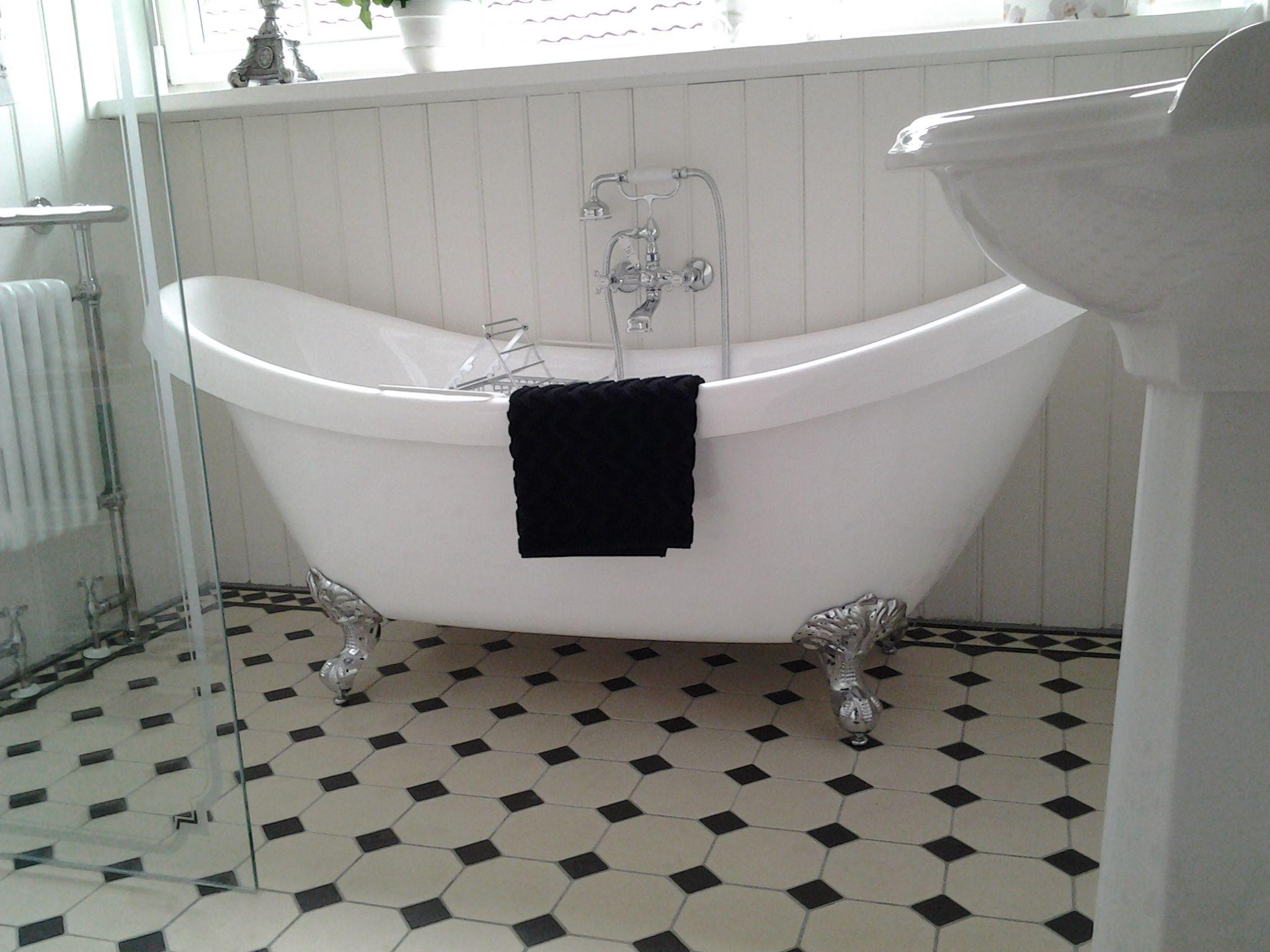 Landelijk romantisch victoriaanse vloer met bad op poten tijdloos