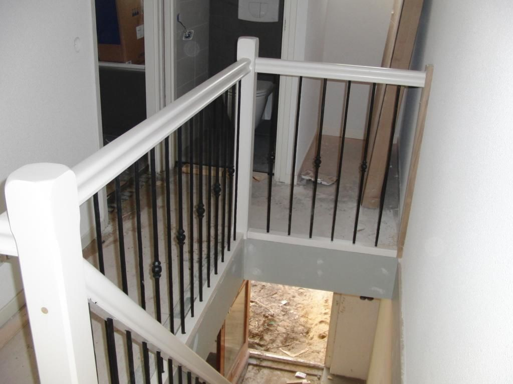 Hekwerk langs trap en overloop hout met smeedijzer for Trap buiten hout