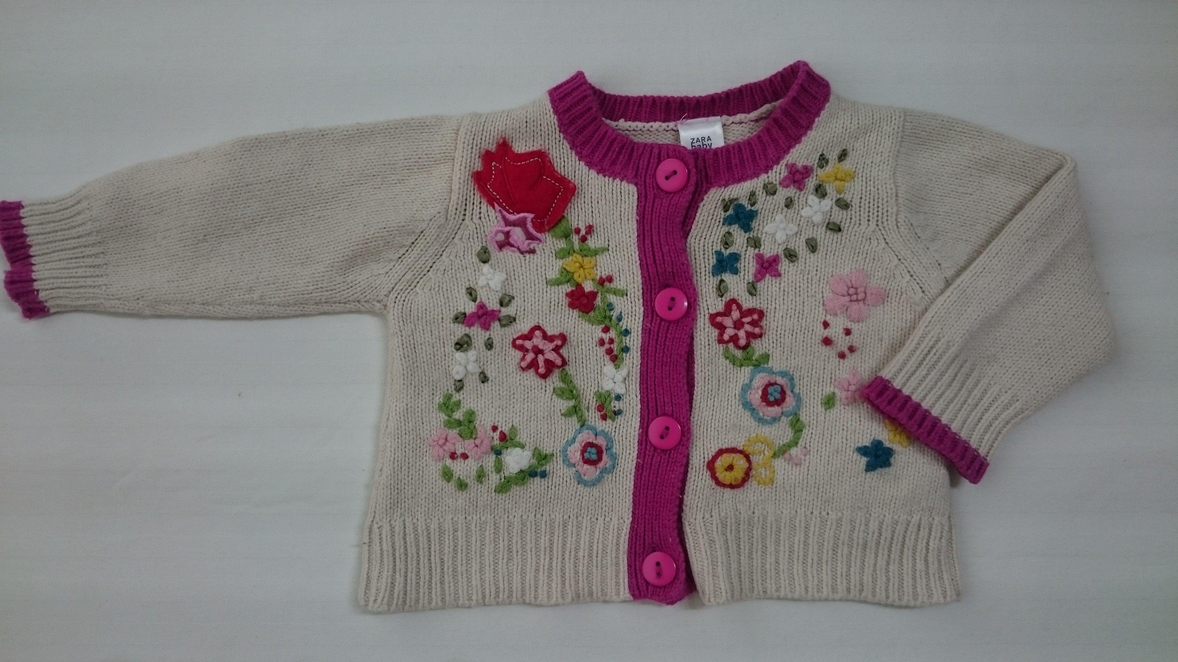 7bc86c4f2 Chaqueta Zara de punto color crema con bordes fucsia y bonitos bordados  florales. Talla 3