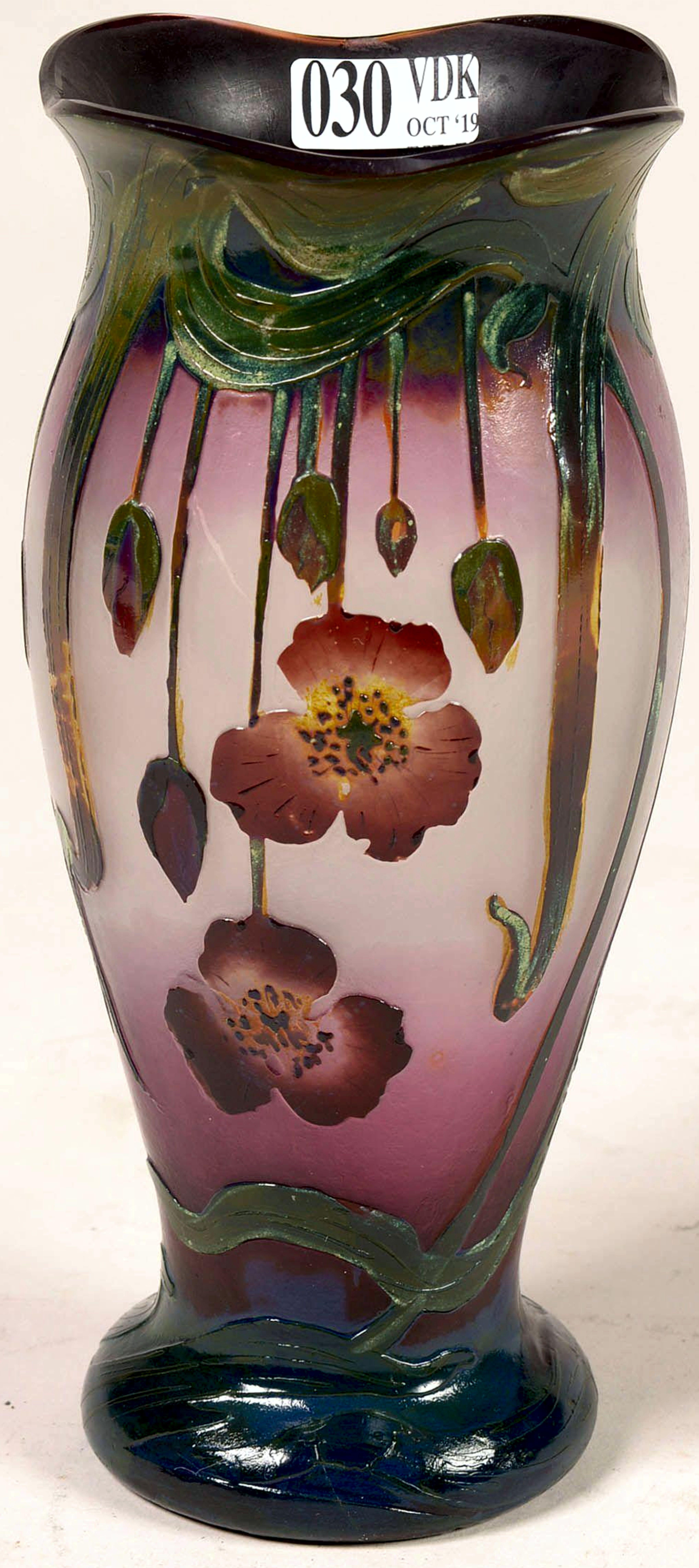 description petit vase art nouveau en verre multicouche degage a l acide au decor floral rouge et vert sur fond rose s klassizismus rokoko klassische moderne