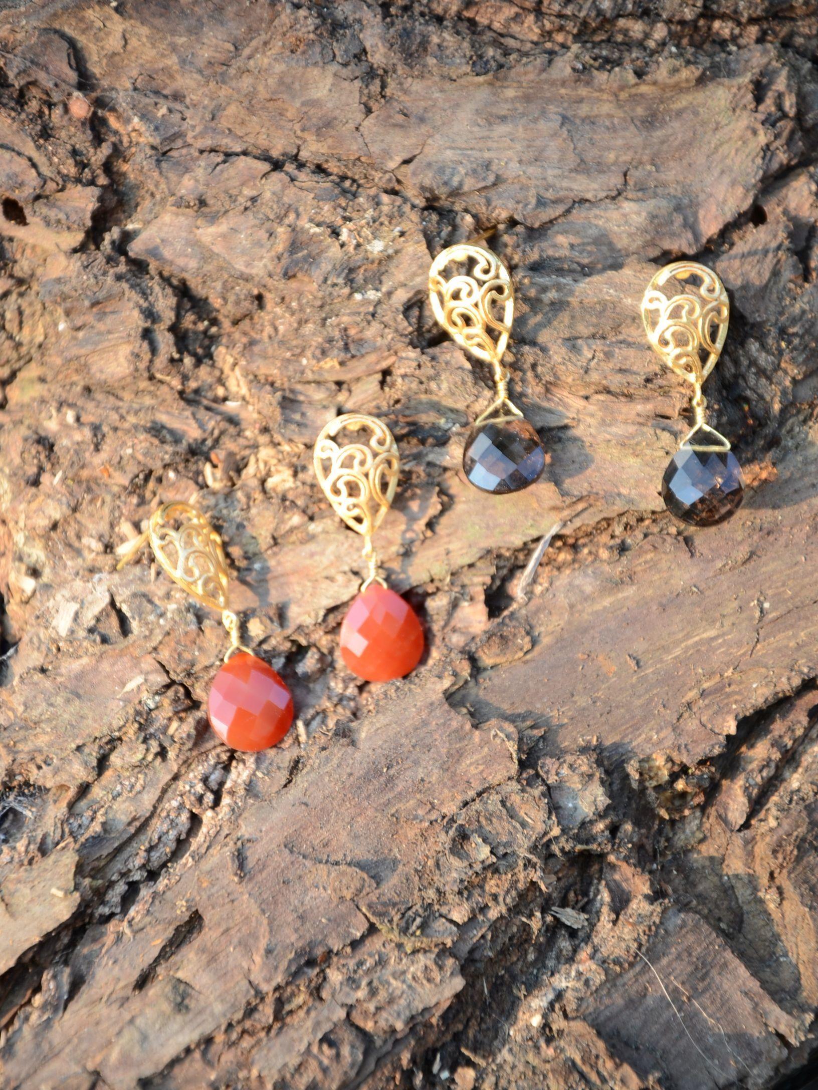 Gouttelette une forme classique en plaqué or ouvragé et perle en onyx brun ou cornaline orange, lespetitscarnets.fr