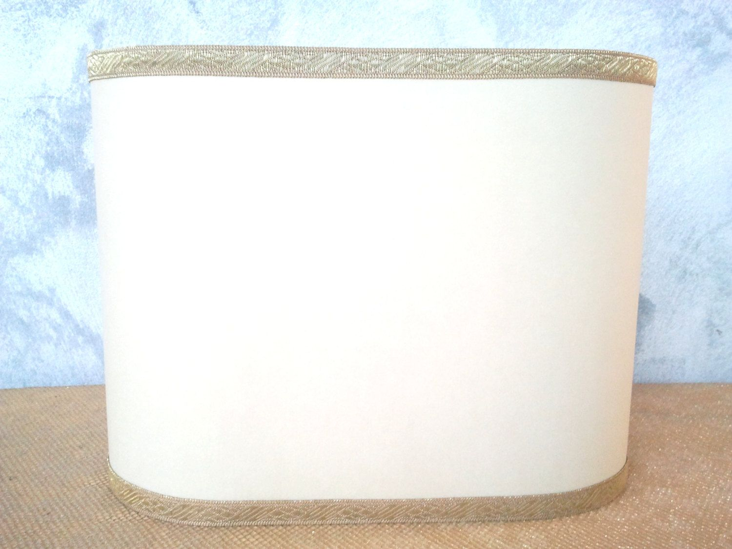Bright wall sconce lampshade in veined parchment, finished with gold trim. 54,00 €