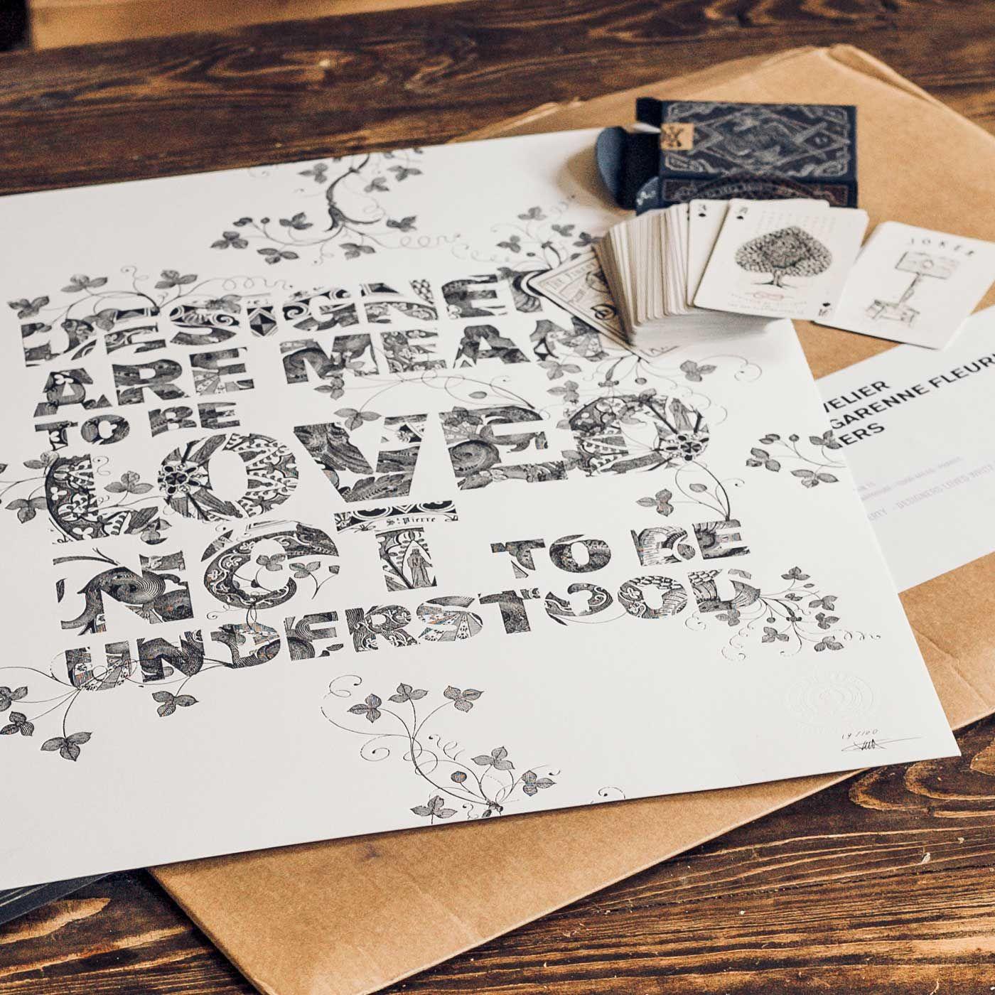 J'ai reçutout à l'heurema commanded'affiches letterpress de Mr Cup etd'un joli jeu de carte de pirates, illustré par Jeff Trish. Letout esttellement beau que mon cœur est comblé !Et que dire des affiches et bien sans surprise, c'est comme d'habitude trèsqualitatif, le design génialetles détails d'impression sont parfaits sur cepapier coton (350g).J'aime beaucoup le message