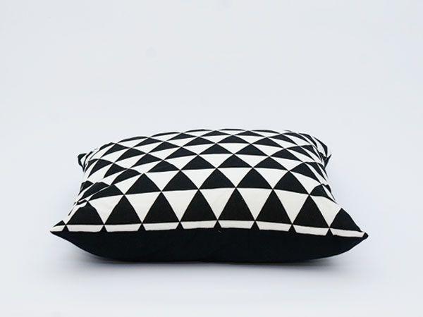 Trendy kussen in zwart wit dit hippe patroon van triangels pas