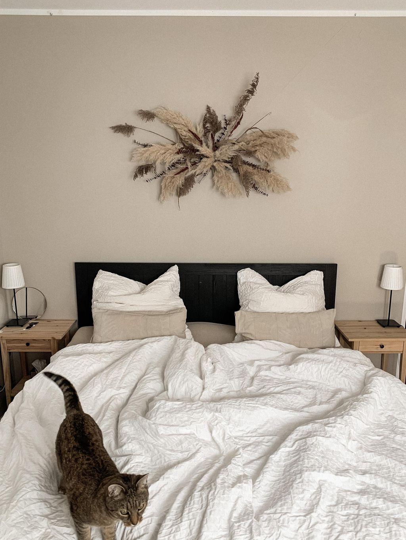 Neben gedeckten Farben gibt es überall in der Wohnun...   Zimmer, Schlafzimmer, Wohnung