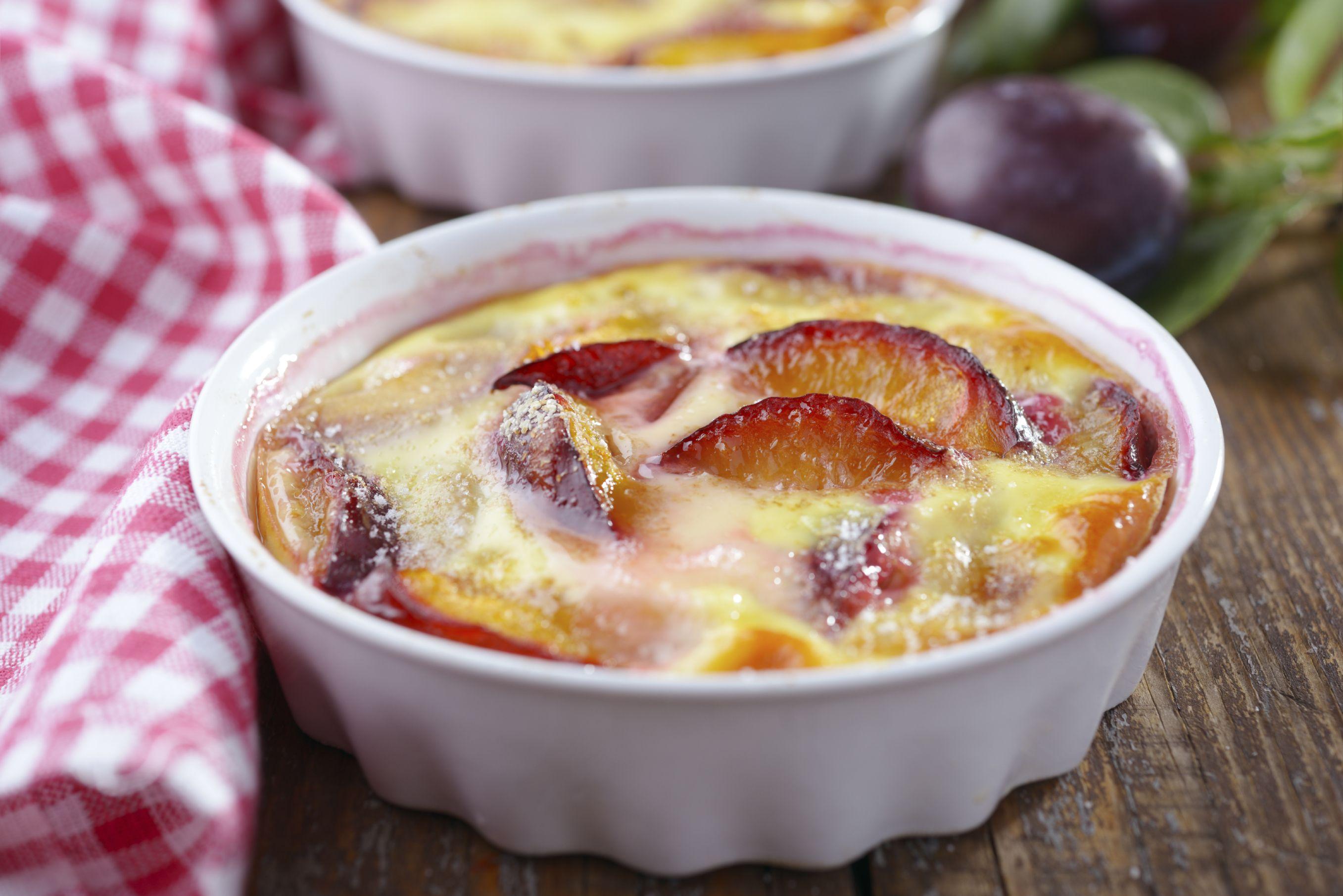 Ingrédients [node:title] - 500 g de prunes- 125 g de farine- 100 g de sucre en poudre- 25 g de beurre- 30 cl de lait- 4 œufs- 1 pincée de sel