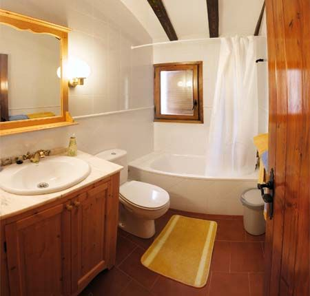 Baño en café y blanco, madera, tina regadera. | Amazing ...