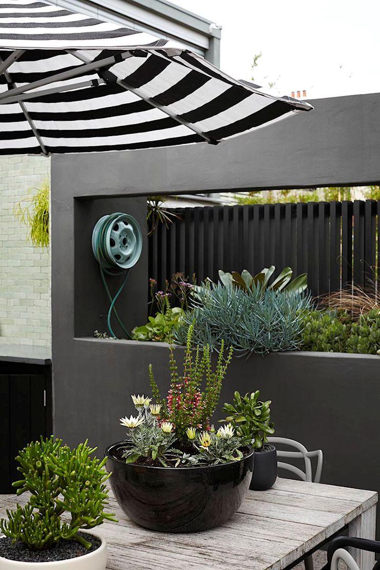 Terraza de dise o moderno en gris blanco y negro patio - Diseno jardines modernos ...