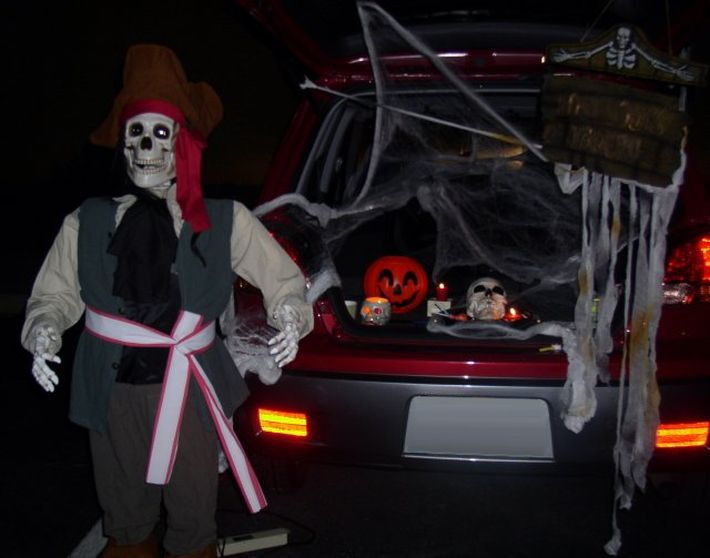 Let\u0027s get in the Halloween Spirit Send us photos of what you do to - how to decorate your car for halloween