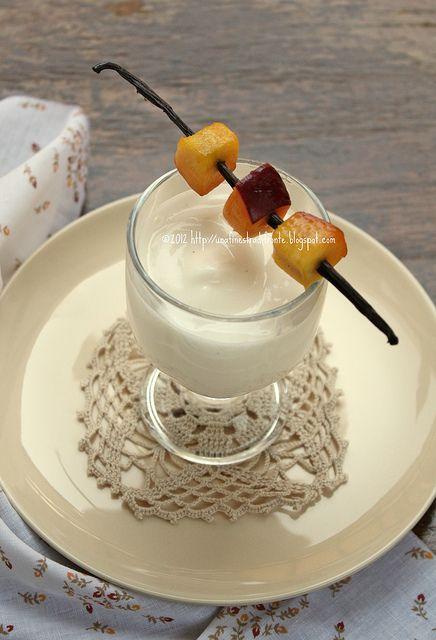 Spuma di yogurt alla vaniglia con spiedini di pesche - Una finestra di fronte ...
