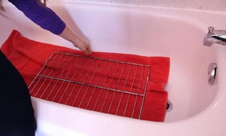 Dites adieu au grilles sales du four voici une fa on simple de les faire briller comme des - Nettoyer les grilles du four ...