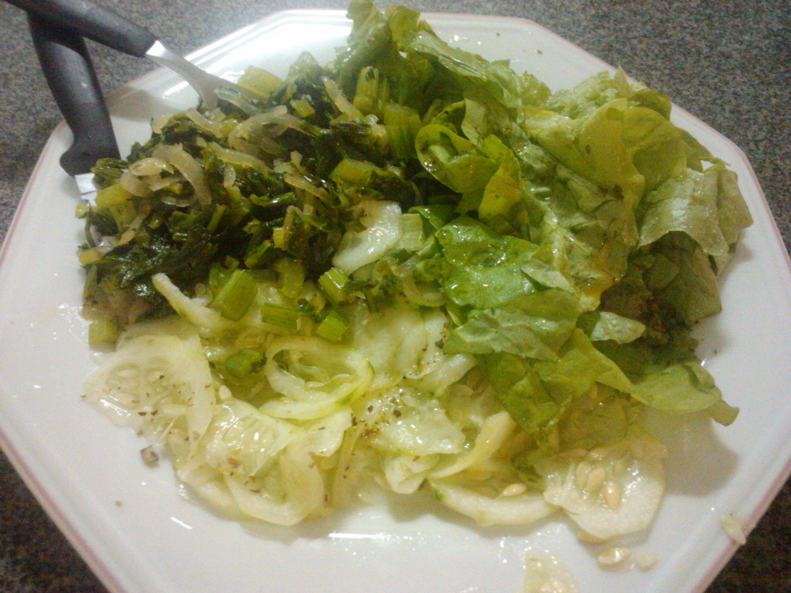 Salada de alface com pepino e salsão!!