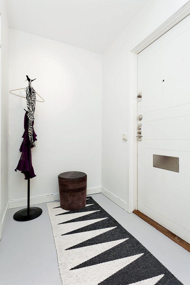 Entree Epuree Ou Le Noir Et Blanc Domine Le Tapis Graphique Dynamise L Espace Interieur Vintage