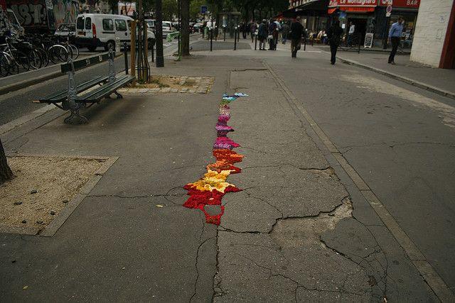 B. belleville_9_103 by juliana santacruz herrera, via Flickr - Großartig - in Paris werden die Schlaglöcher umgarnt