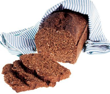 En mustig snabbvört, som innehåller både julmust och linfrön. Blanda ihop dina ingredienser och häll i en avlång, smord bakform före du gräddar i cirka en timme. Låt brödet svalna före det avnjuts.