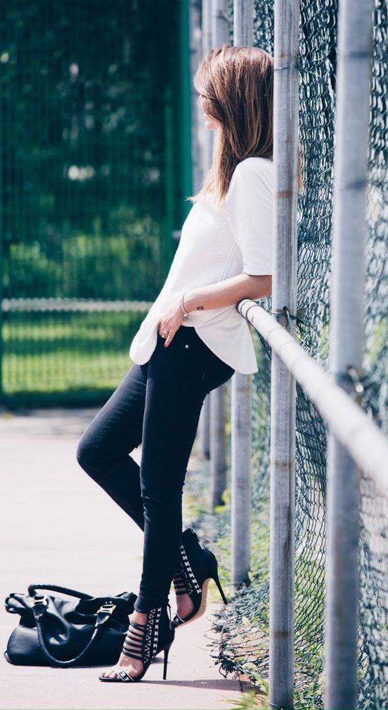 Nicoletta Reggio is wearing an oversized white shirt from Zara, trousers from Refrigiwear, shoes from L.A.M.B. and a bag from Chloe