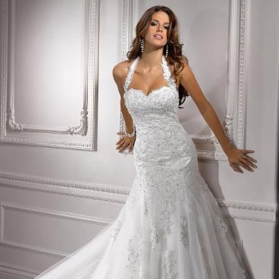 Love the shape of this dress. I dress this shape would be great for wedding in January my husband and I are going to.