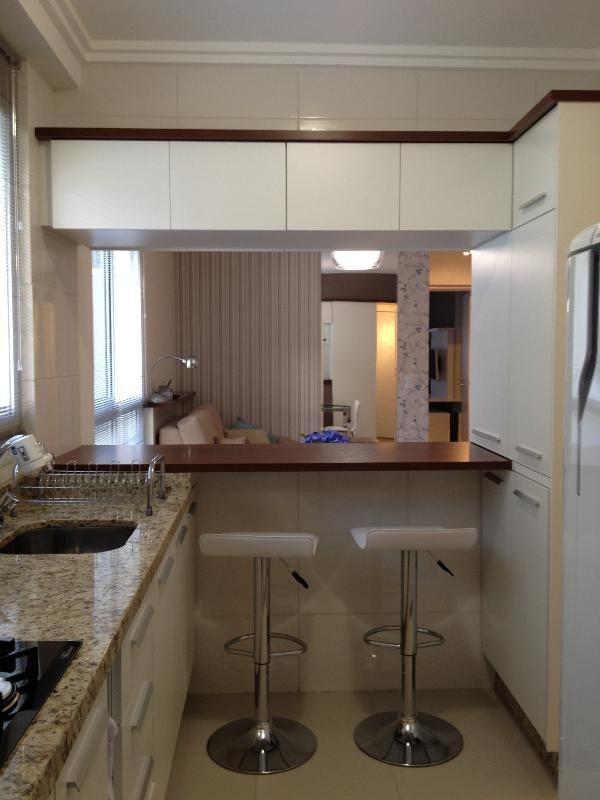 Cozinha pequena integrada sala de estar e sala de jantar for Sala de estar pequena con escritorio