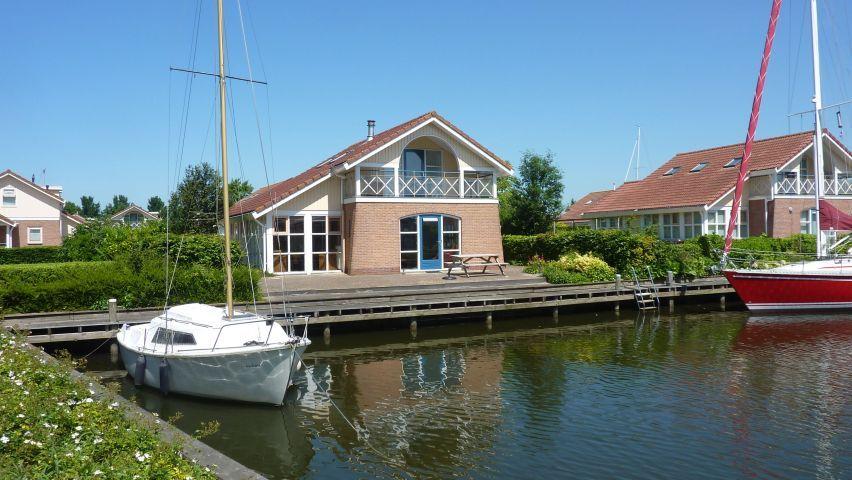 Wohnen Am Kanal Mit Steg Und Terasse Am Ijsselmeer Niederlande Holland Urlaubmithund Hundeurlaub Hunde Urlaub R Ijsselmeer Strandhauser Style At Home