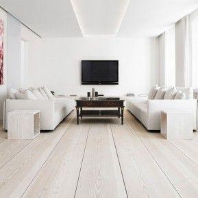 Neutraalissa olohuoneessa huomion kerää kaunis lattia.