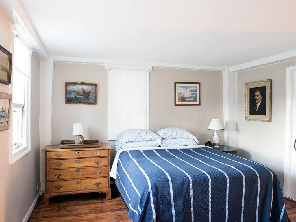first floor bedroom (queen)