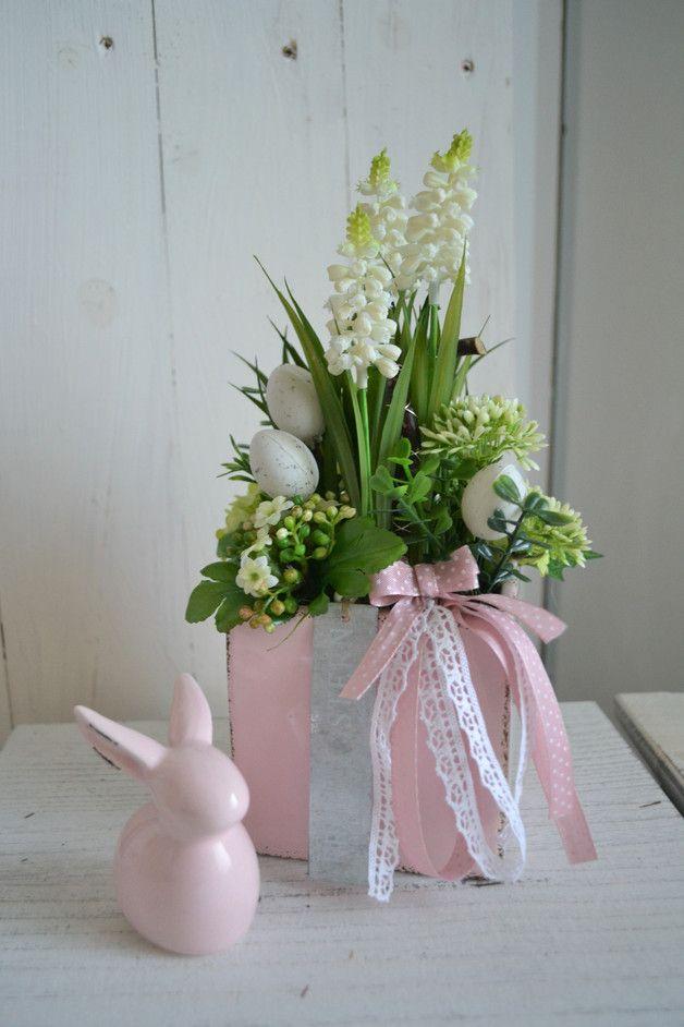 Photo of Table arrangement, floral arrangement, muskari / hyacinth, Easter,