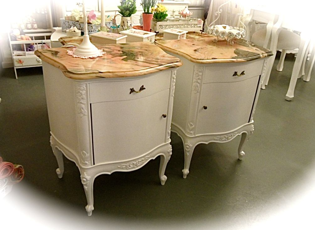 Elegante pareja de mesas de luz estilo Luis XV, recicladas en blanco ...