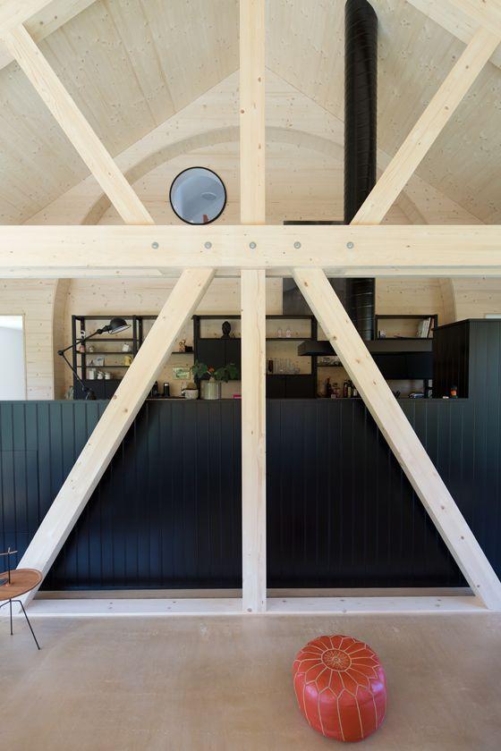 Die Hausverlängerung ist ein Holzbau mit Tragwerk und