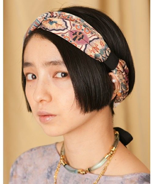 この画像は ヘアバンドの付け方いろいろ 簡単かわいいヘアアレンジ