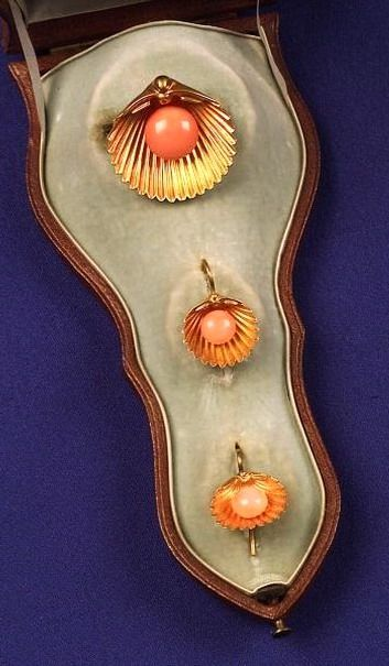 Victorian 18 K Gold and Coral Brooch and Earrings Designed as Scallop Shells.