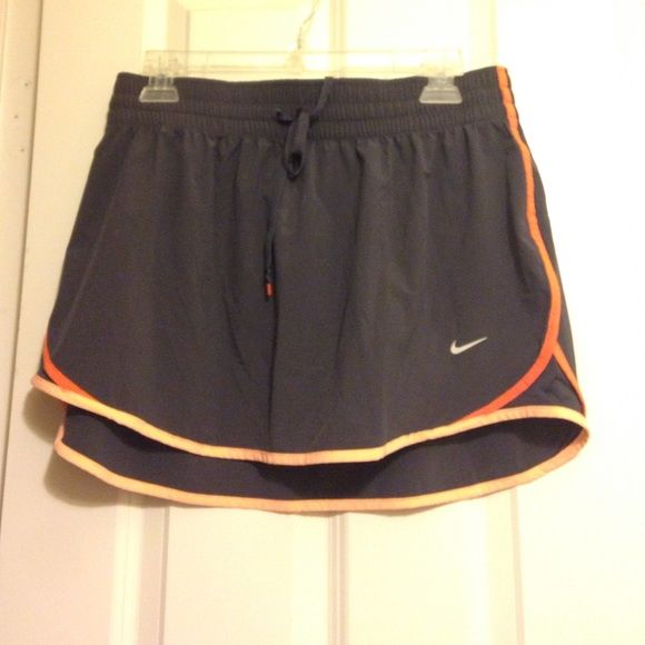Nike tennis skirt Fits medium or large, elastic so you can adjust Nike Skirts
