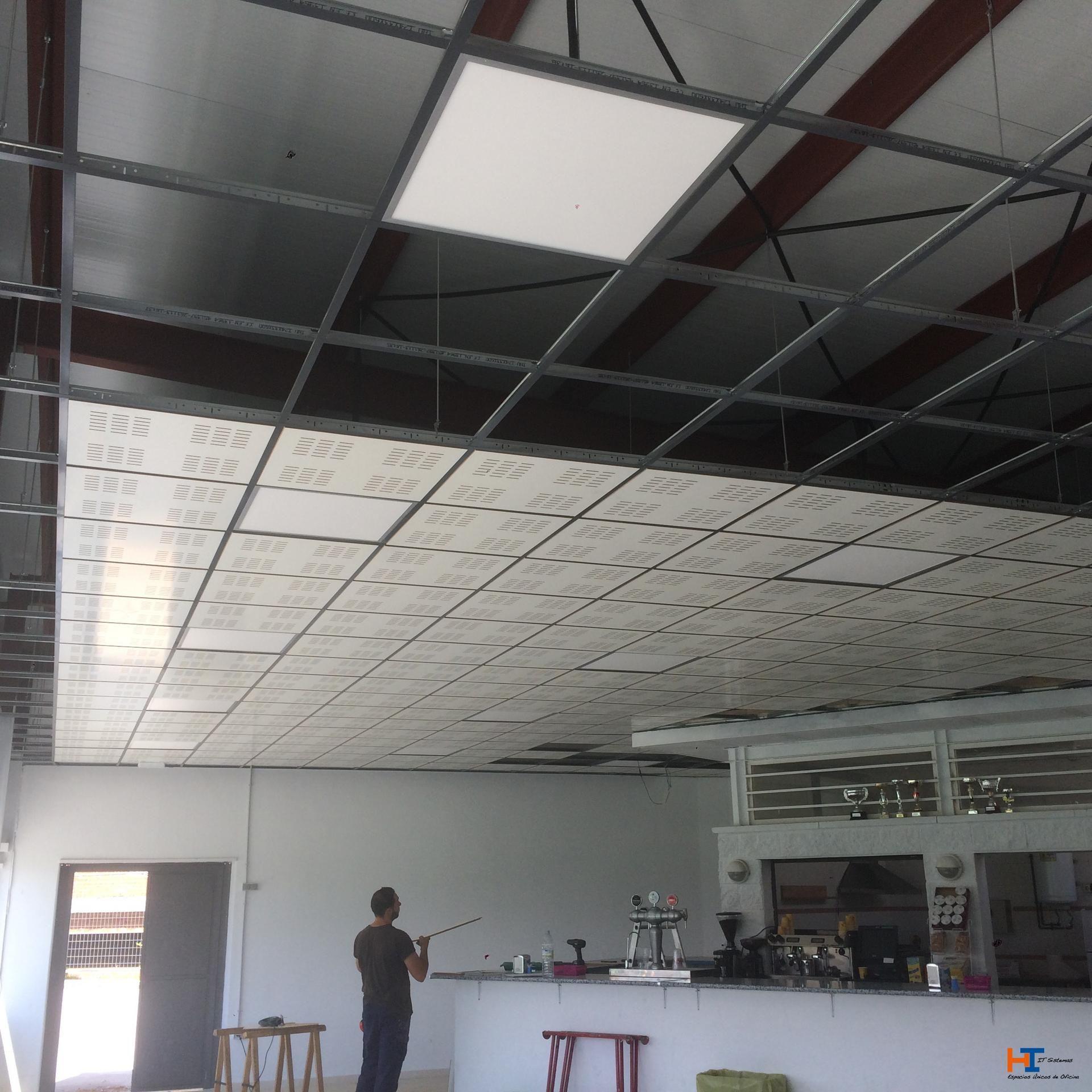 Poco a poco vamos cargando de placas el techo - Falso techo registrable ...