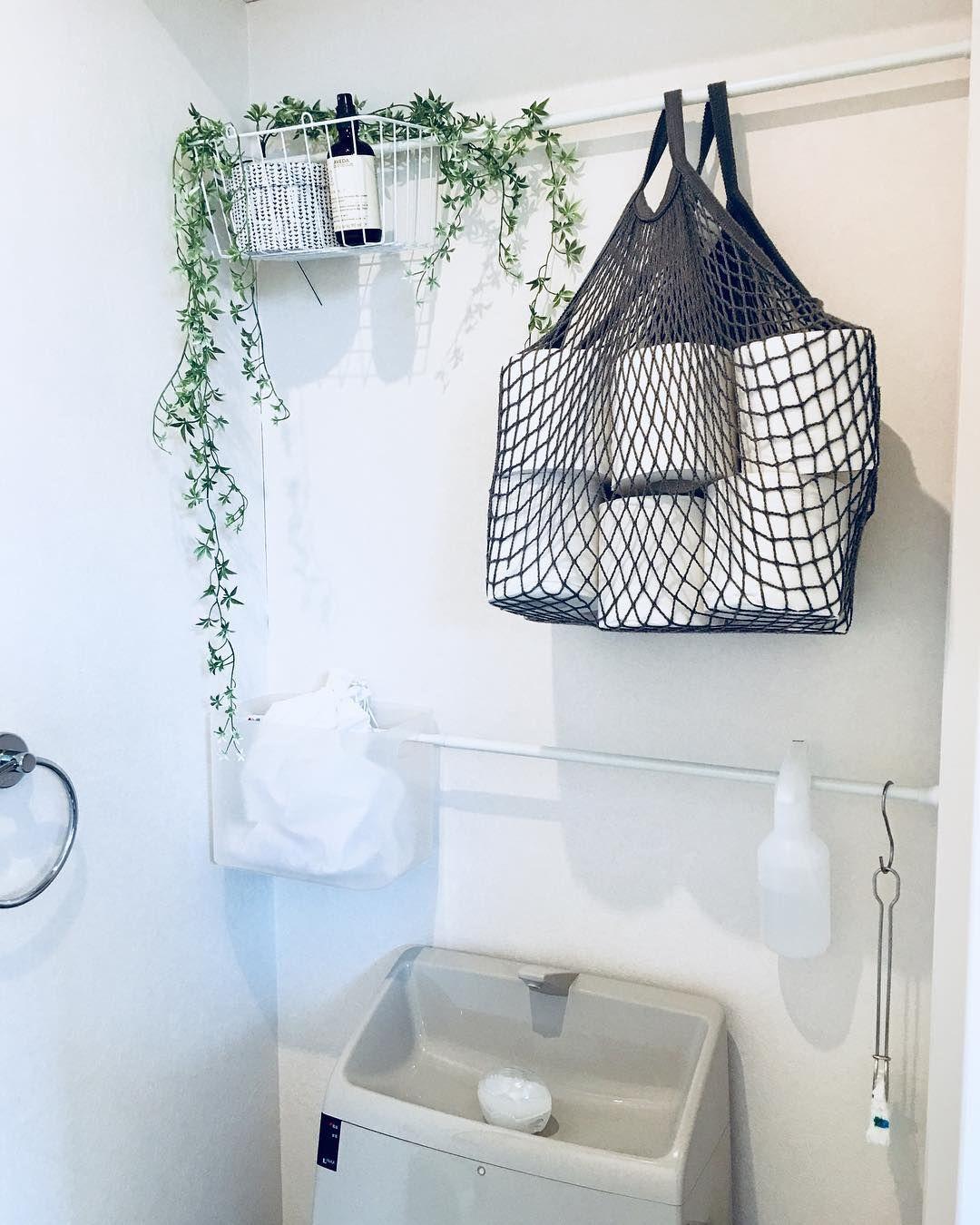 トイレ収納はトイレットペーパーやサニタリー用品 掃除道具など収納品も多いですよね しかし 棚が少なかったりして片付けに悩んでいる方も多いのではないでしょうか ちょっとした工夫やアイディアで トイレ内の収納もおしゃれに使い勝手もよくできるならぜひ真似