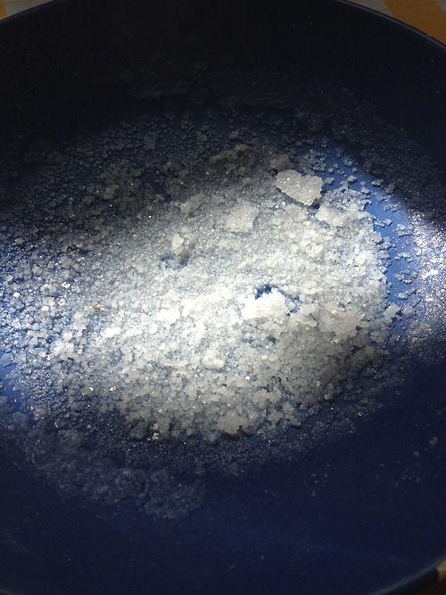 Ce qu'il reste de 75 cl d'eau de mer évaporé: beaucoup de sel ;-) Quand les jeunes apprennent aussi seul dans leur coin pendant les vacances ;-)    http://erdelcroix.tumblr.com/post/30244232838/ce-quil-reste-de-75-cl-deau-de-mer-evapore