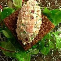 Nauti kylmäsavulohi-tuorejuustotartaria ruisleivän tai uuniperunan päällä.