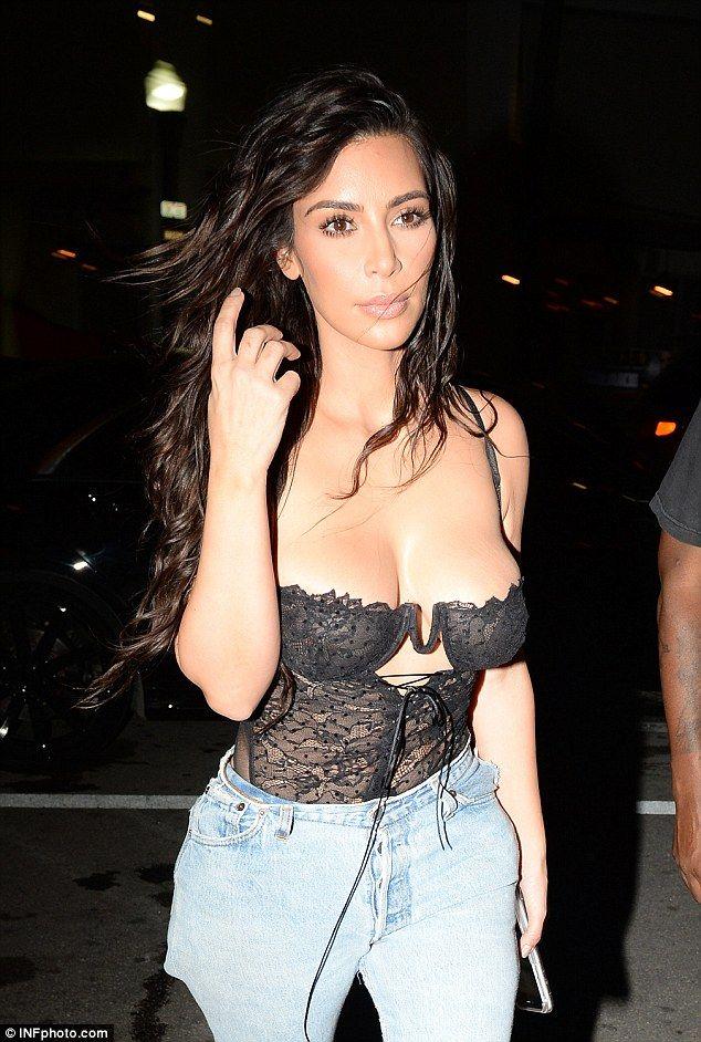 Kanye West trata de solucionar un problema en el generoso escote de su mujer Kim Kardashian cuando llegan al exclusivo restaurant Prime One Twelve en Miami.