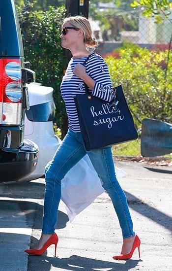 marieclaire.es Reese Witherspoon  Nuestra rubia más legal nos da una master class de cómo lucir el navy denim con un espectacular toque de distinción: un exclusivo zapato rojo.