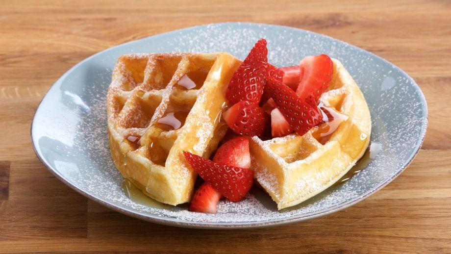 Deliciosa receta de repostería paso a paso de Gofres para desayuno con suero de mantequilla acompañados de sirope de arce y fresas, de Anna Olson.