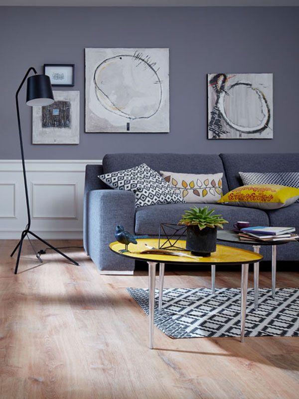 Designboden in Holzoptik Eiche. blaues Sofa. Wohnzimmertisch gelb ...
