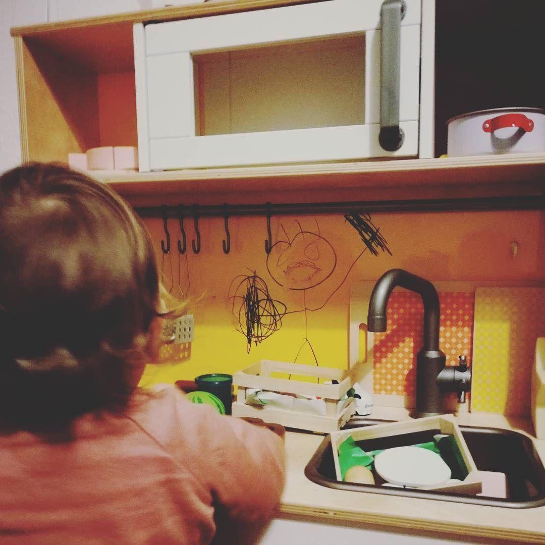 Wie K2 mit Kreidestiften einen kleinen Koch in die Küche malte ...