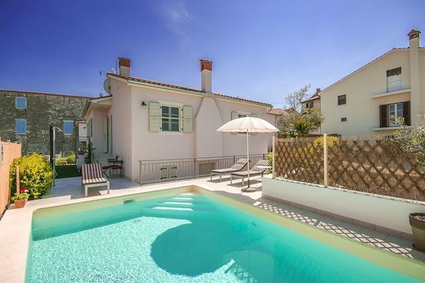 Villa GF25  Sfeervolle villa met privé zwembad en terras met buitenkeuken in Višnjan  EUR 734.45  Meer informatie  #vakantie http://vakantienaar.eu - http://facebook.com/vakantienaar.eu - https://start.me/p/VRobeo/vakantie-pagina