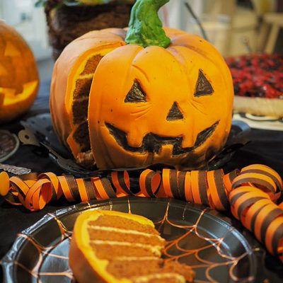 Halloween-kakku karkkiyllätyksellä
