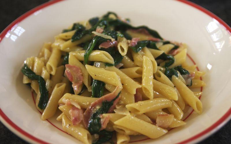 Dit is een eenvoudige en smeuïge pastaschotel in de stijl van de beroemde pasta alla carbonara. In een wip heb je een pot smaakvolle, dampende pasta op tafel gezet die zelfs de grootste honger stilt. En voor je portemonnee is het een light-maaltijd.