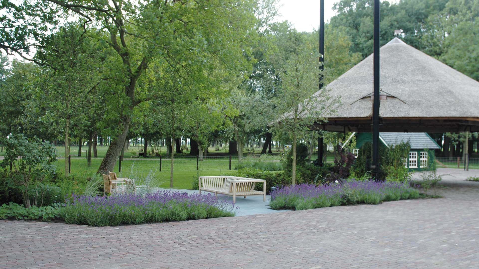Rodenburg tuinen: boerderijtuin bij een landgoed. gebakken klinkers